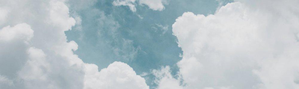Blauer Himmel mit dichten, weissen Wolken