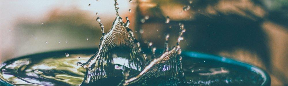 Wassertropfen in Regentonne