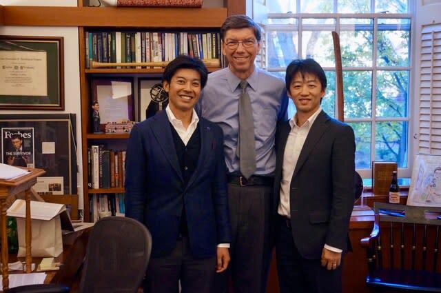 クリステンセンに来日講演を依頼しに行った時の津嶋さん(写真左)