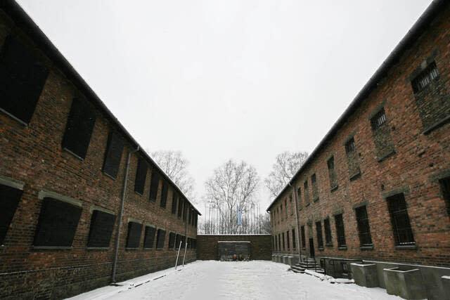 アウシュビッツ第1収容所(ポーランド郊外)の最奥部にあった銃殺場「死の壁」。ここでポーランドの収容者数千人が銃殺された。写真)AFP=時事