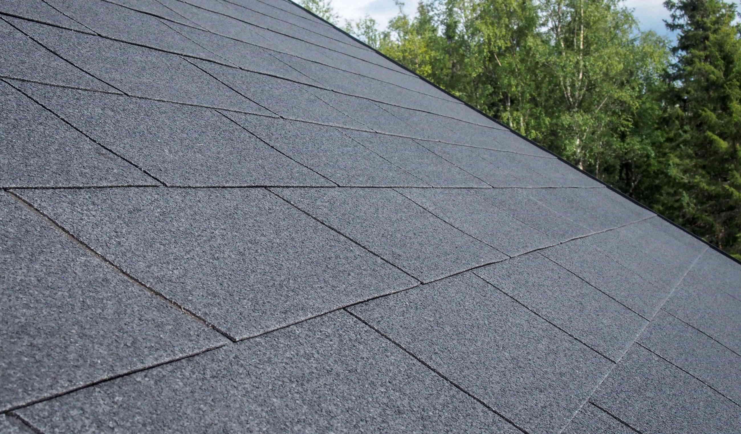 IMG - Plano XL musta kattolaatta grafiitinmusta lähikuvassa katolla - 2600px / 1524px