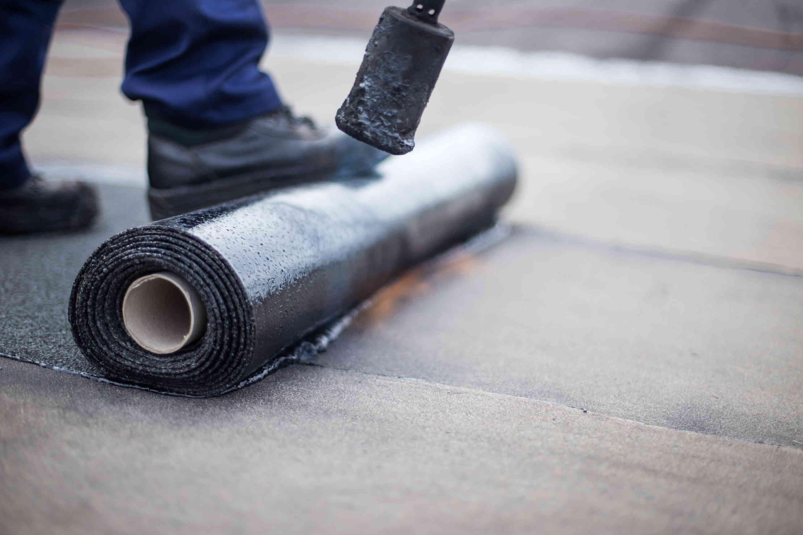 IMG - Bitumikermin asennus loivalle katolle bitumikermin hitsaaminen lähikuvassa - 2600px / 1733px