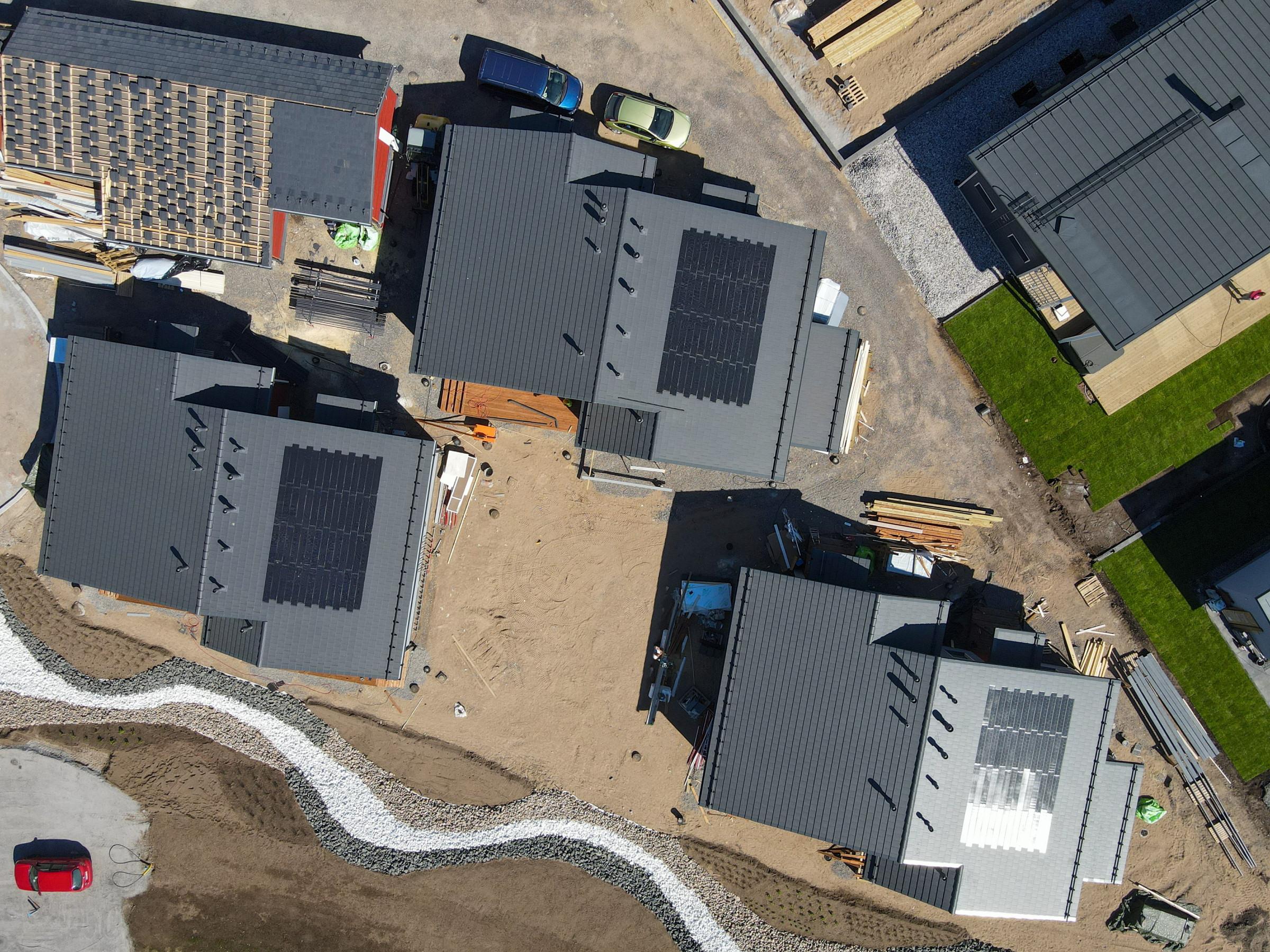 IMG - Ormax EVO Aurinkokatto - Ilmakuva suoraan ylhäältäpäin | Asuntomessut Lohja Aurinkokatto Hiidenkoti drone8.jpg - 2400px / 1800px