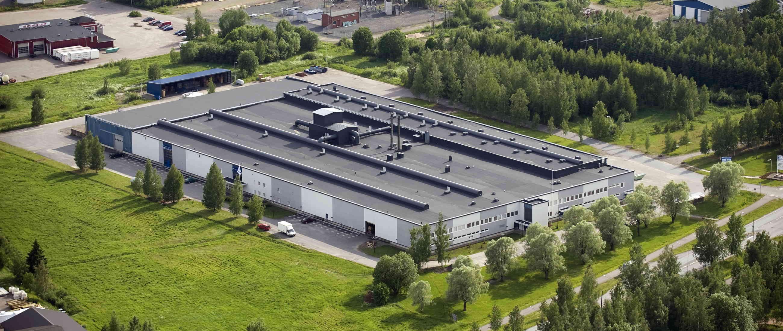 IMG - Loiva katto eli tasakatto jossa bitumikatto tuotantolaitoksen katolla ilmakuva - 2600px / 1101px