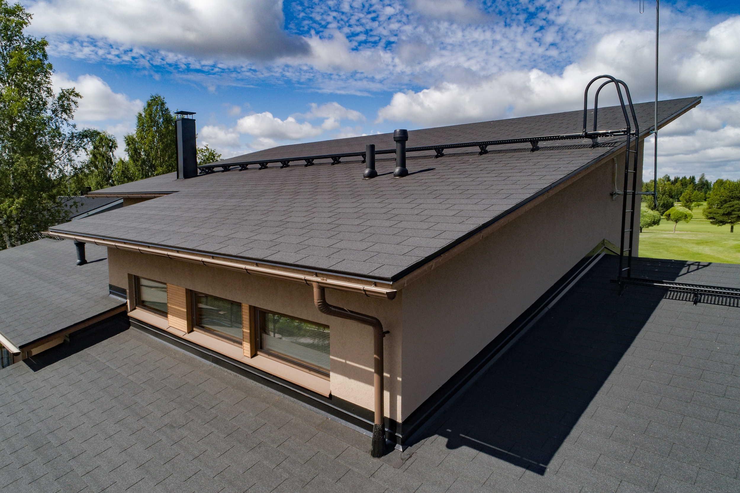 IMG - Plano XL -kattolaatta palahuopa musta antrasiitti talon katolla
