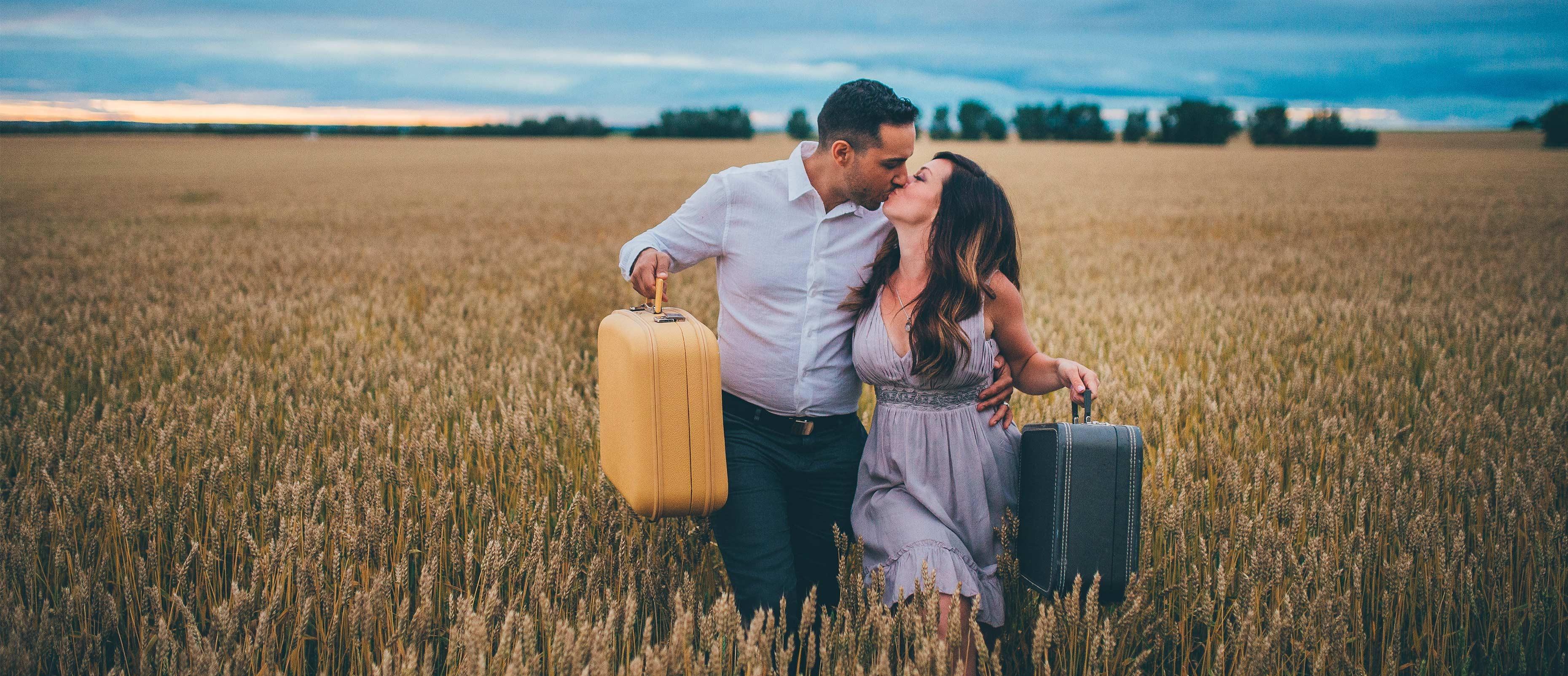 Siya Zarrabi et Kristen Jacobsen s'embrassent dans un champ.