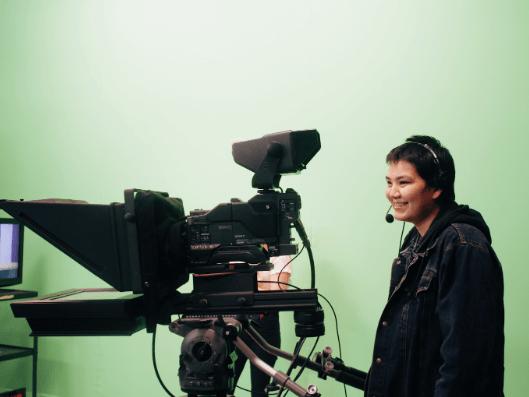 Career Trek participant, Keri-Lynn Readhead, debout derrière une caméra de studio de télévision