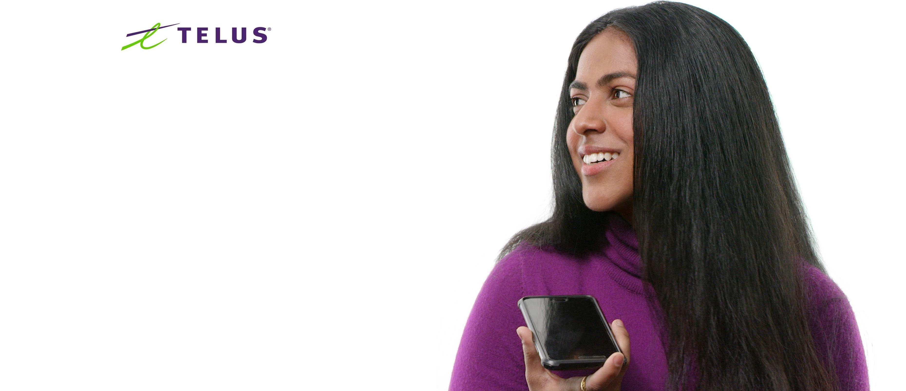 Samidha tenant un téléphone.