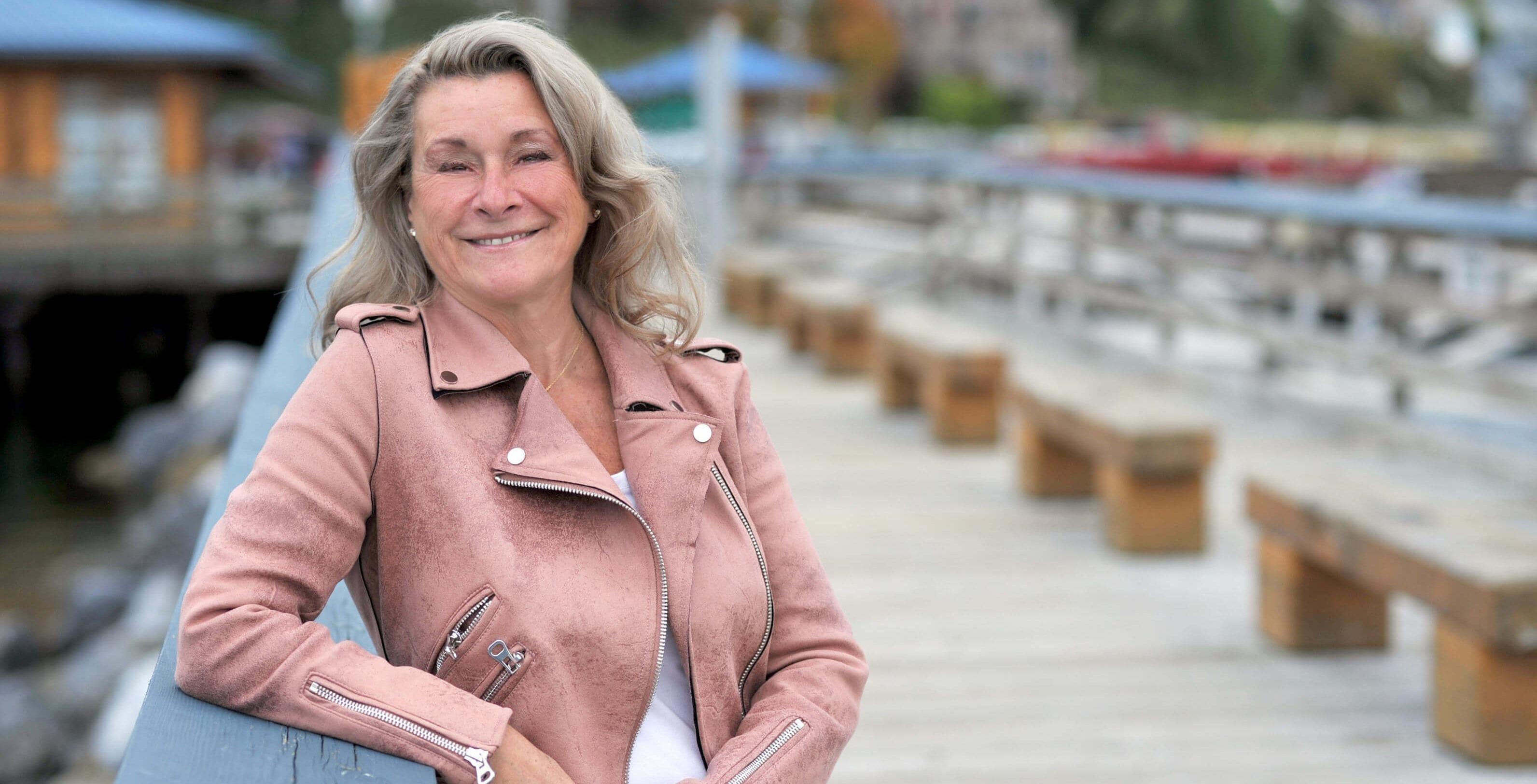 Une femme souriante sur un quai