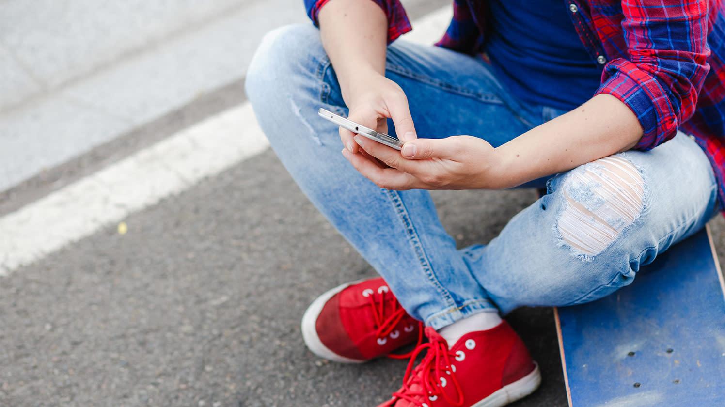 Pour une personne qui essaie de survivre, un téléphone mobile rend possible le lien essentiel avec les systèmes de soutien, dont les amis, les fournisseurs de soins de santé, les éducateurs, les employeurs et les travailleurs sociaux.