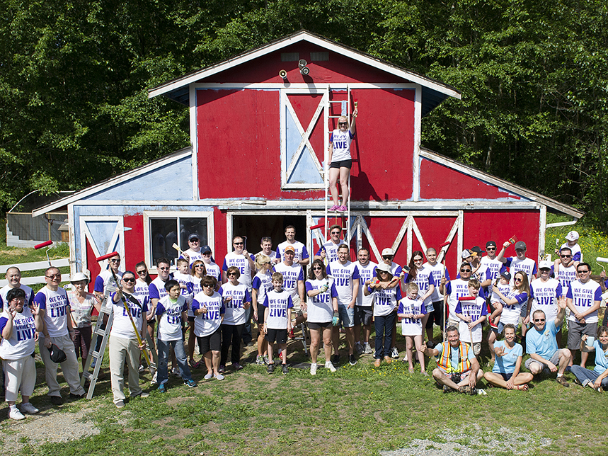 A group of TELUS volunteers gathered together for a group photo