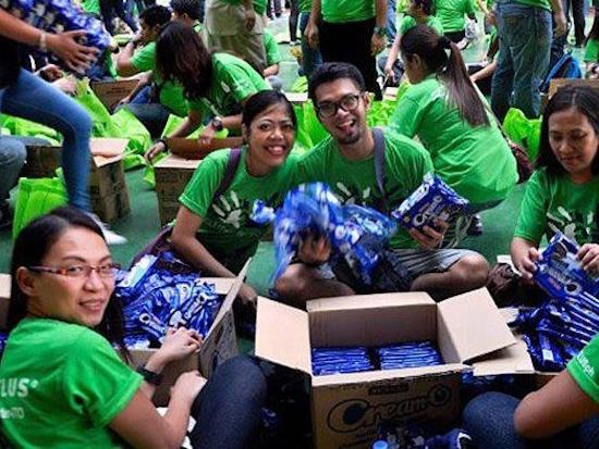 Un groupe de bénévoles de TELUS portant un t-shirt vert