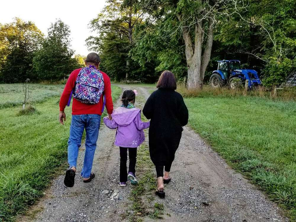 Grampy, Little One et Lola se promènent à Manitoulin. Image fournie