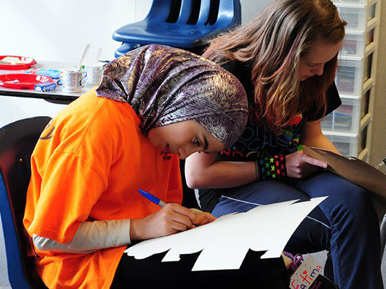 Deux jeunes femmes participant à une activité parascolaire à la YWCA de Vancouver