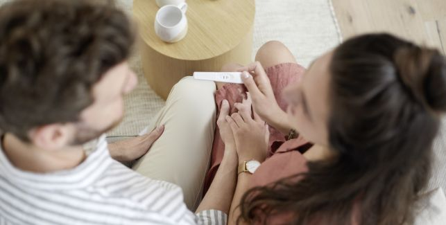 Coppia annuncia gravidanza