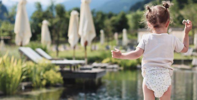 Kleinkind in LILLYDOO Windel in der Natur