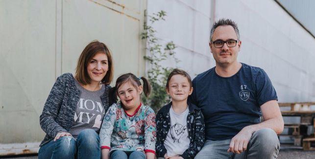 Familienreihe: Mama, Papa, Kind und Kind mit kleinem Extra
