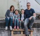 Mama, Papa, Kind und Kind mit kleinem Extra