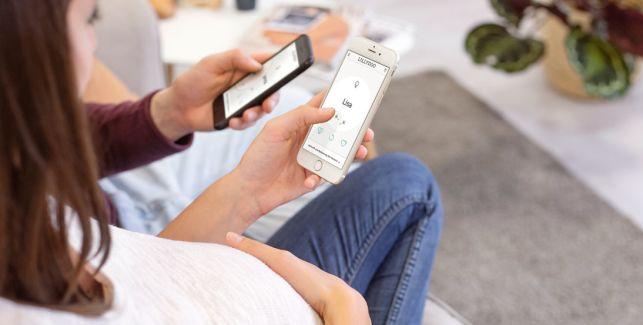 Werdende Eltern suchen mit der LILLYDOO App nach Babynamen