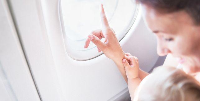 Mutter mit Kind im Flugzeug