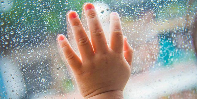 5 Spiele für Regentage mit Kindern ab 18 Monaten