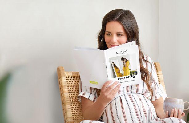 Schwangere Frau liest Schwangerschaftsguide