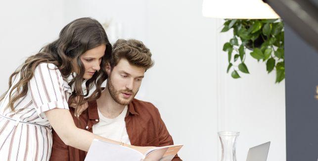 Homme et femme en train de lire un magazine