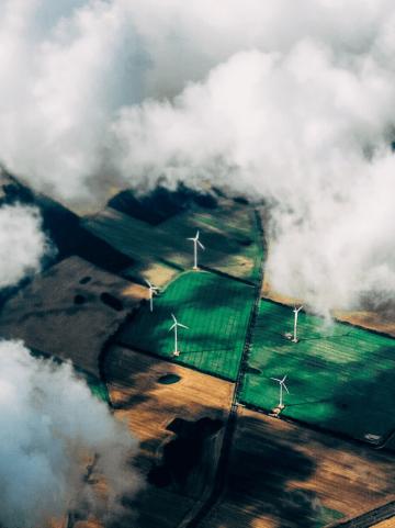Windraeder auf Feldern