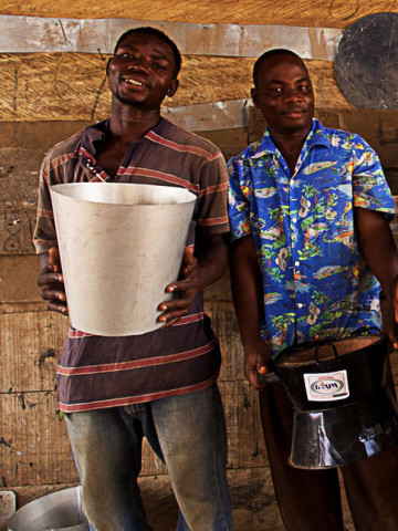 Maenner mit Kochoefen in Ghana