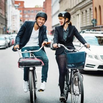 Zwei Menschen auf dem Fahrrad