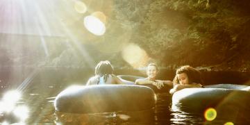 Schwimmende Kinder im Wasser