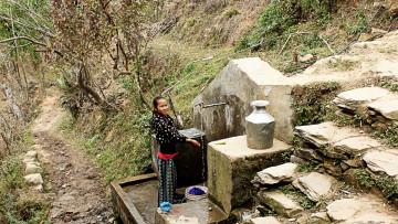 Frau am Brunnen in Nepal