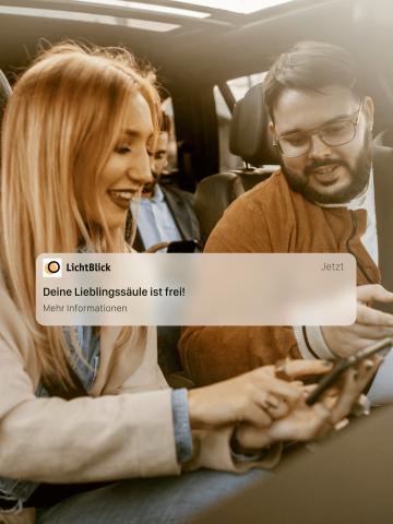 Menschen im Auto nutzen Smartphone