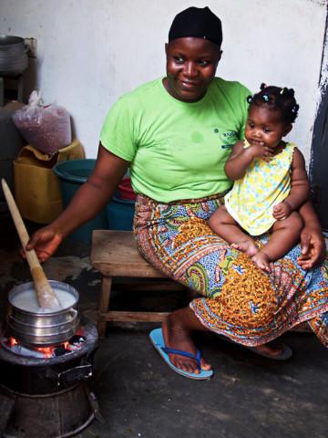 Frau mit Kind in Ghana