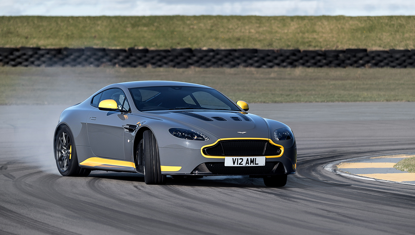 aston-martin-v12-vantage-s-manual-02.jpg INTEXT 2