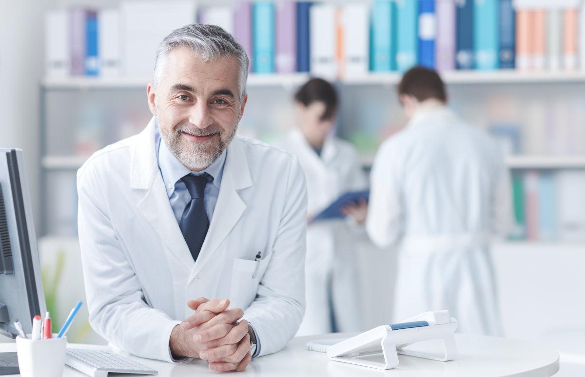 dottore che sorride in camice sumup