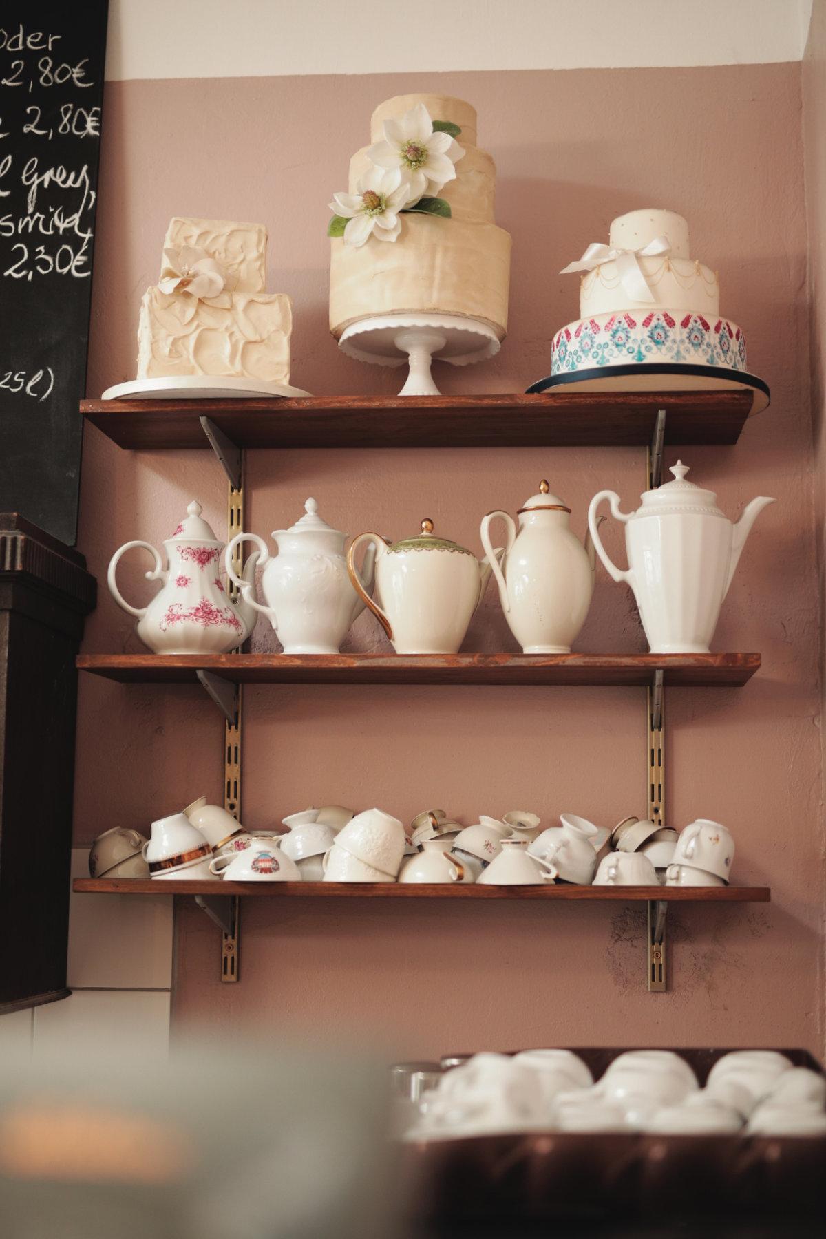 Kaffeekannen auf Holzregal.