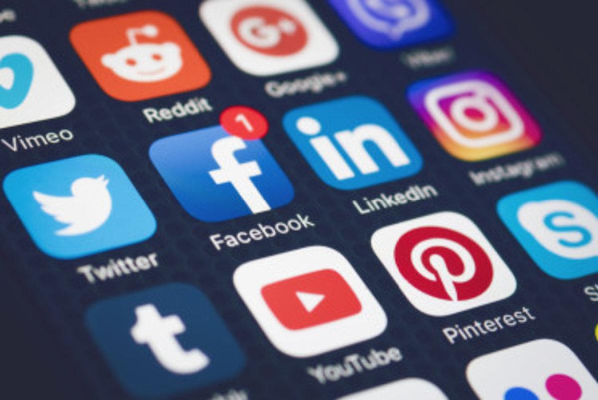 smartphone-hands-social-media