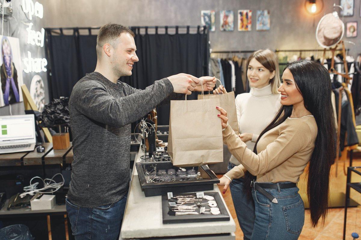 Frauen, die Bekleidung in einem Geschäft kaufen