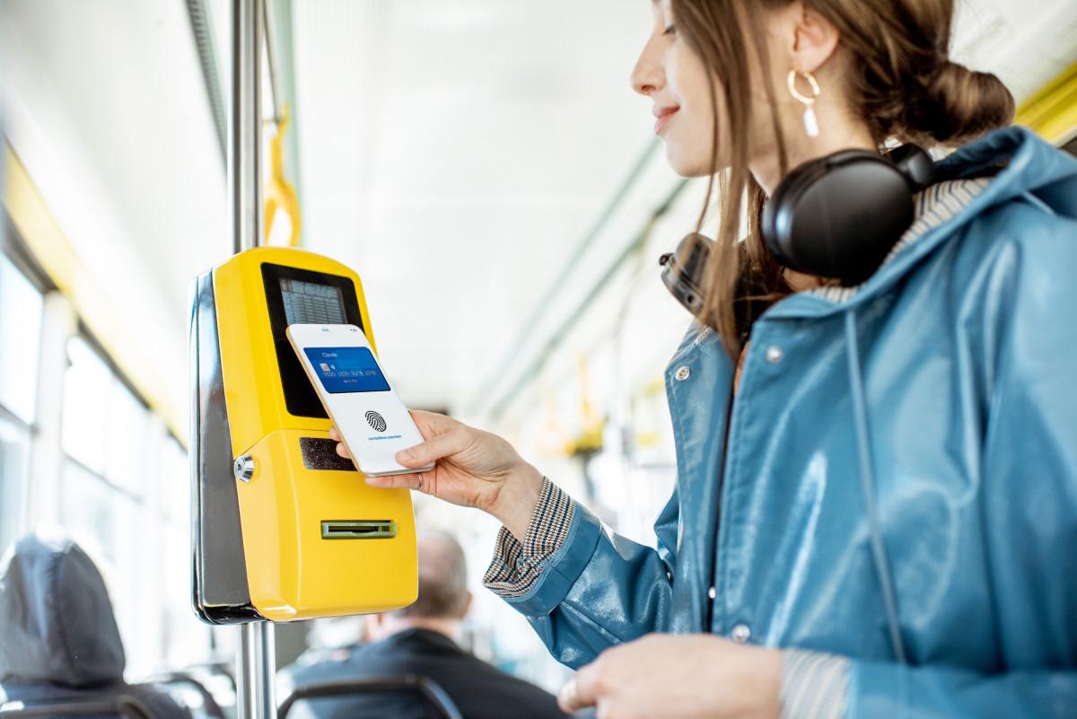 donna paga con lo smartphone biglietto del bus