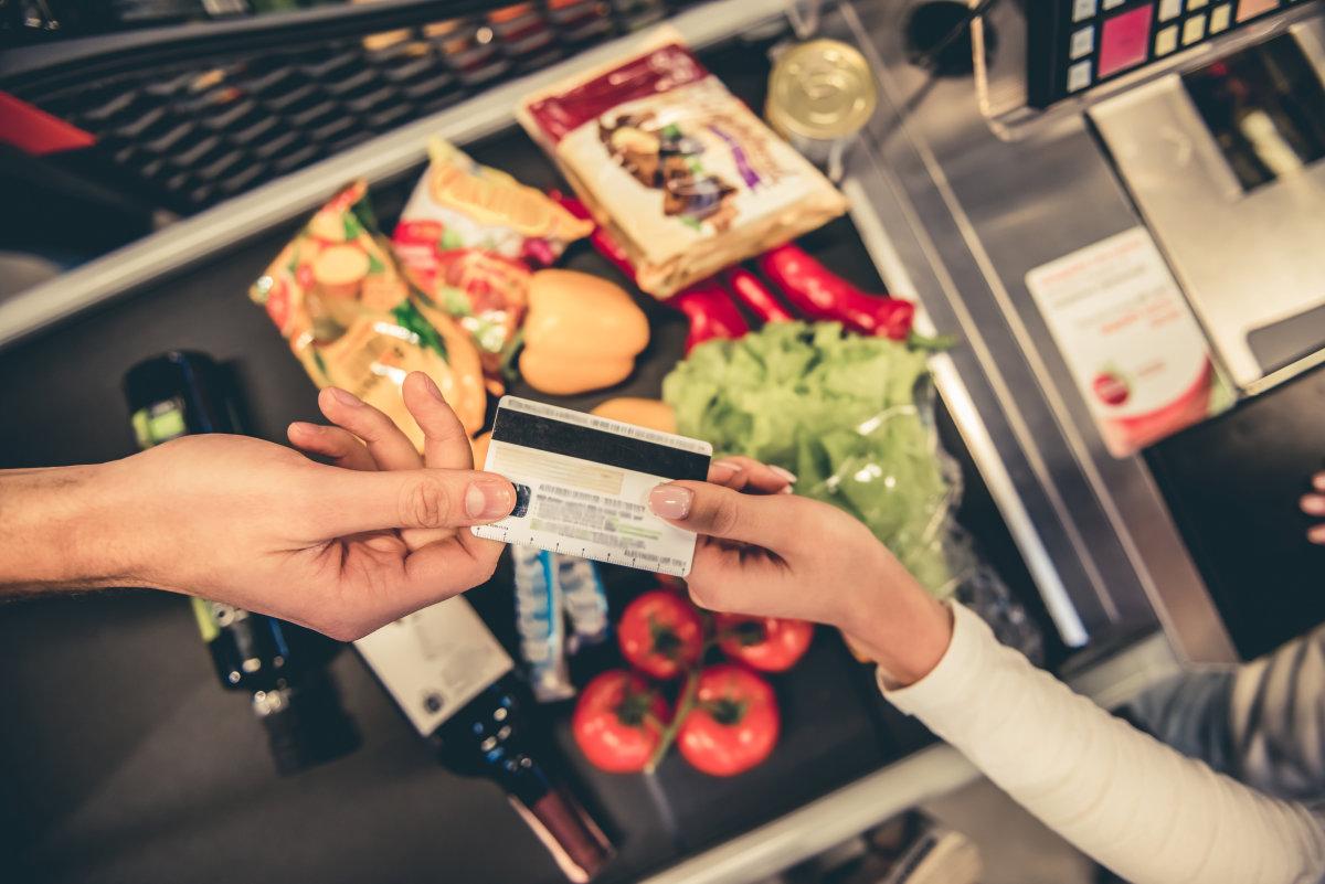 pagamento con carta della spesa alla cassa