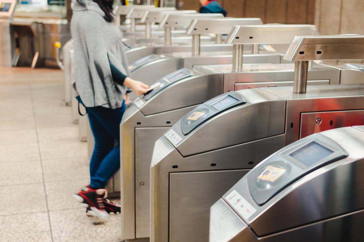 donna paga con carta contactless alla metro