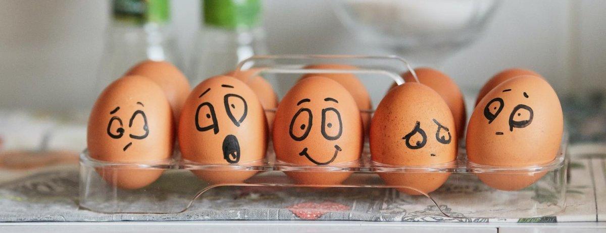 packung eier bemalt mit besorgten gesichtern wegen der TSE kasse