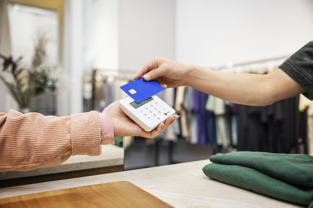 customer in clothing store contactless payment nfc with sumup air