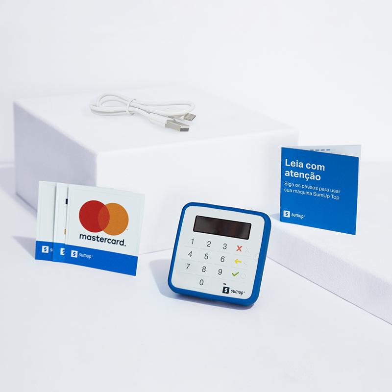 O kit da maquininha SumUp Top vem com tudo o que você precisa para começar a vender: Maquininha SumUp Top, capinha de proteção na cor azul, 2 pilhas AAA, manual de instruções e adesivos das bandeiras de cartão