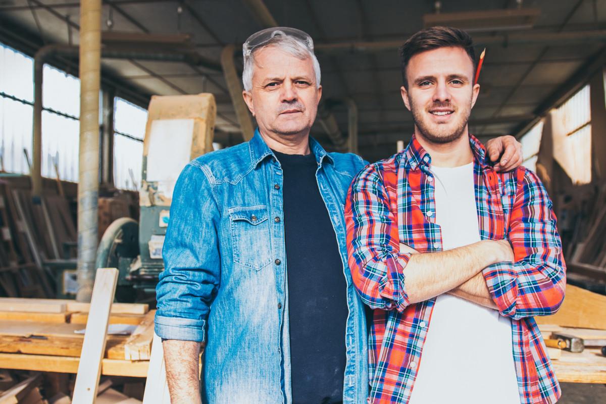 padre e figlio lavorano insieme al progetto nel cantiere