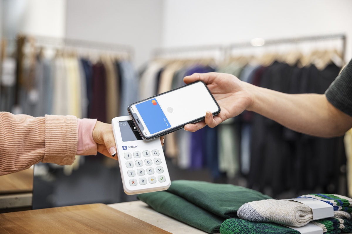 customer in clothing store contactless payment nfc with sumup 3g