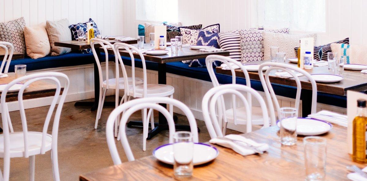 Gastronomiebetrieb von innen - gedeckte Tische