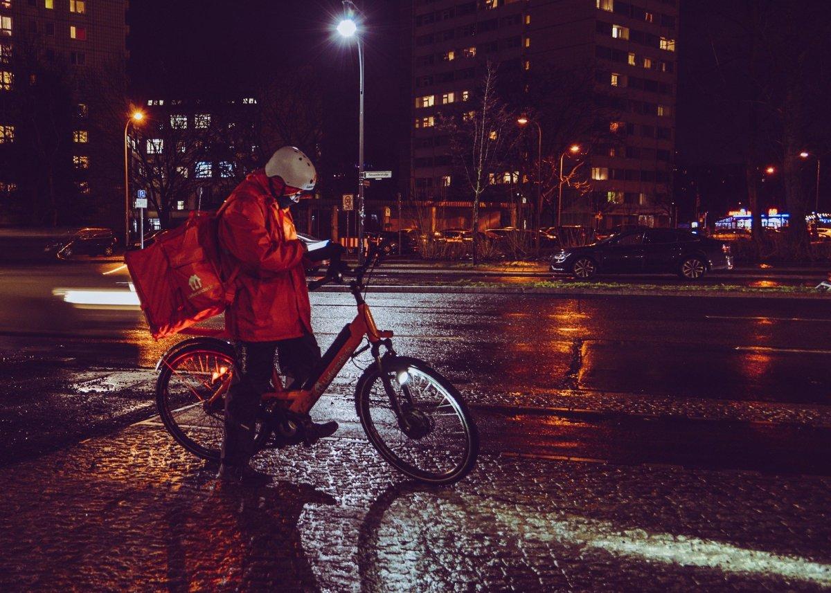 ragazzo consegna cibo d'asporto in bici