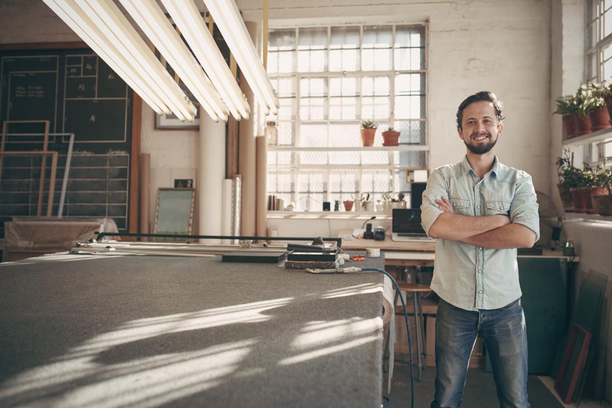 artigiano-uomo-lavoro-tavolo